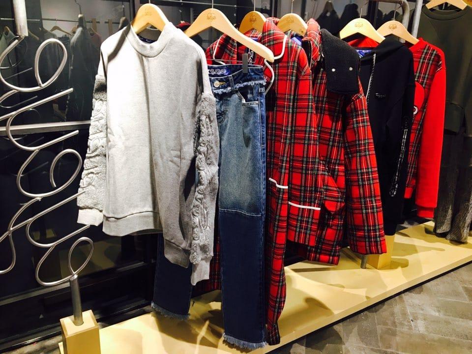 온라인사이트에서 품절된 제품들도 만나볼 수 있다는 점이 이곳의 가장 큰 메리트! 타탄 체크 패턴 코트와 스웻 셔츠, 데님 등 다양한 아이템을 선보이고 있다.