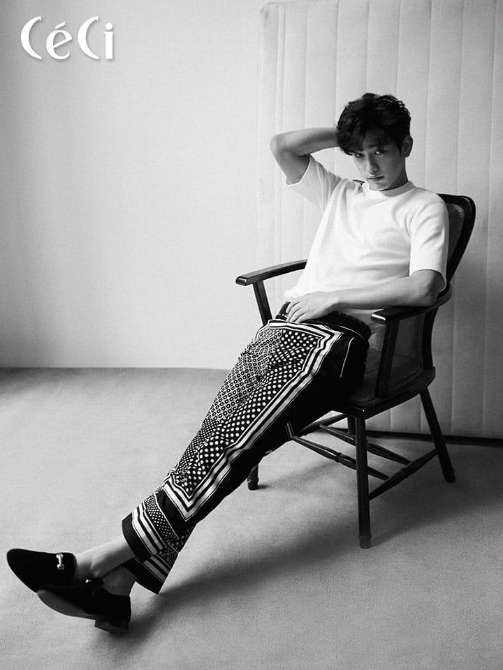 화이트 티셔츠 노앙, 지오매트릭 패턴 치노 팬츠 사카이, 골드 버클 디테일 블랙 스웨이드 슈즈 쥬세페 자노티<br> <br>