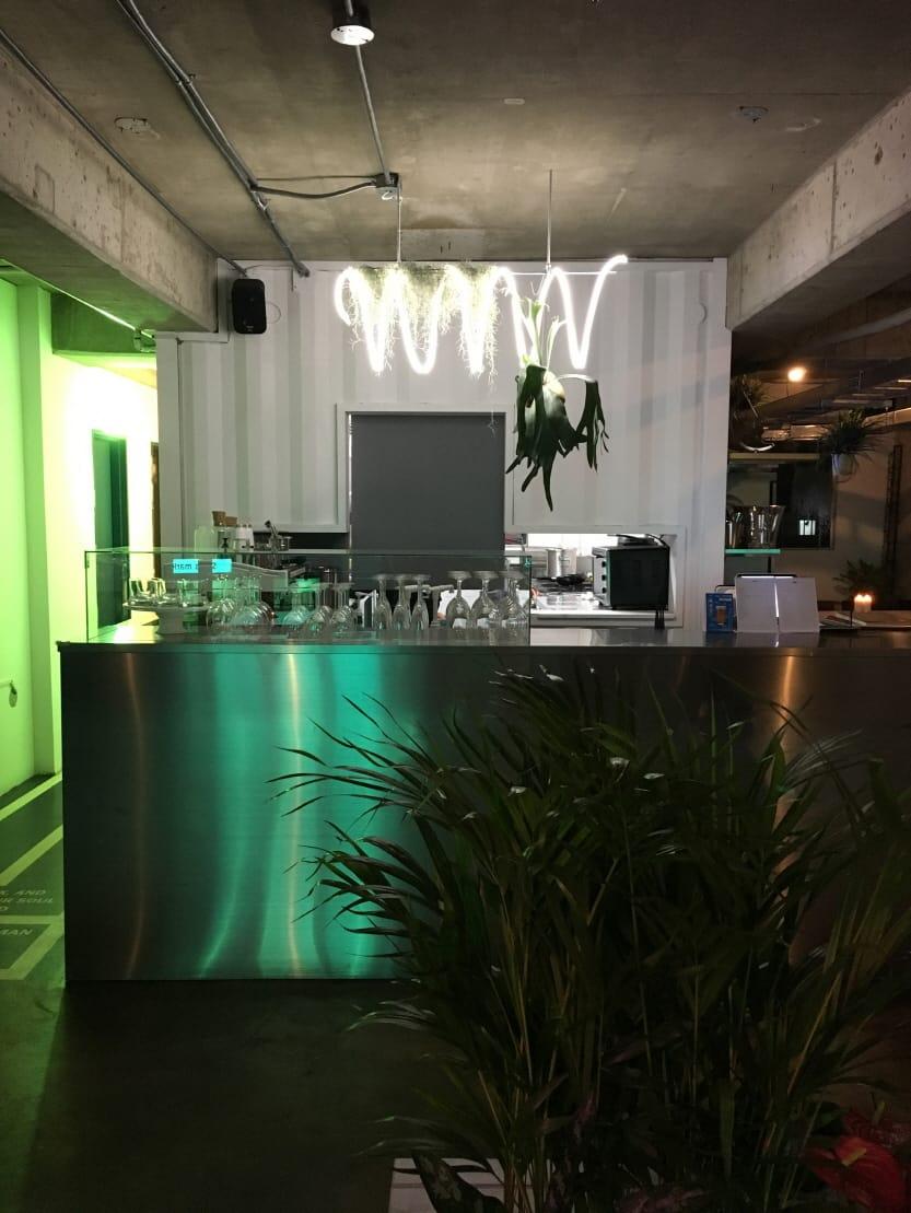 서교동에 자리잡은 카페 & 펍 00장소는 누구나 편하게 즐기는 퍼블릭한 공간이라는 의미를 담았다. 초록색 네온사인으로 꾸며진 외관은 다양한 샵이 즐비한 합정 카페 거리에서도 눈에 띈다.<br>