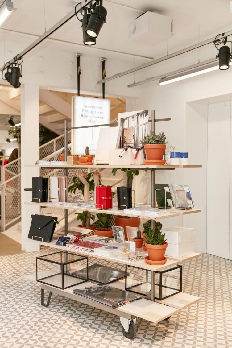 총 3층으로 구성된 매장 1층에는 이번 시즌 컬렉션 제품과 뷰티 제품을, 그리고 2층에는 여성 의류, 3층에서는 란제리와 문구류를 선보인다.<br>