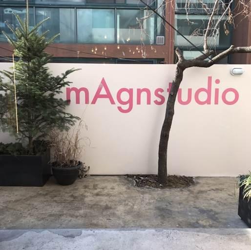 금호동에 자리한 메그앤스튜디오는 패션 광고 대행사 메그놀리아 크리에이티브 랩이 오픈한 컨셉 카페다. 1층은 카페로 모두에게 개방되어 있고, 2층은 사무실로 사용된다. <br>