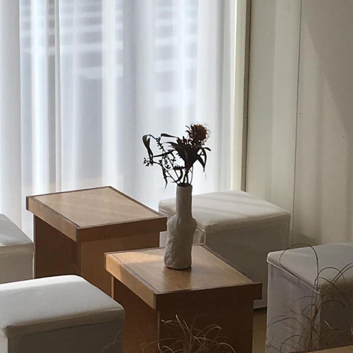 내부는 화이트와 우드만으로 이루어져 심플하면서 내추럴한 느낌을 자아낸다. 2인석 테이블 2개와 바 테이블 하나가 있는 작은 규모의 카페다. <br>