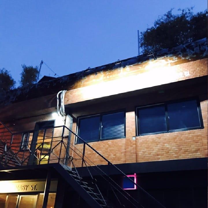 플라잉볼 에그팩토리는 뚝섬역 고가 다리 밑 건물 2층에 조용히 자리 잡고 있다. 가게는 주변에 있는 공장들에서 영감을 받은 듯한 인더스트리얼 무드로 꾸며졌다.<br>