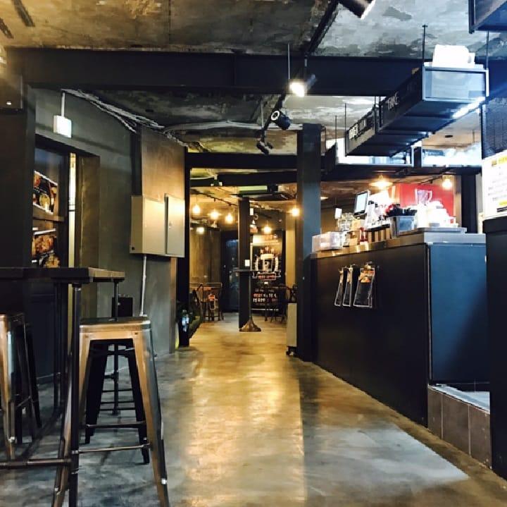 오픈 기념 이벤트로 4월 한 달간 메인 요리 하나 주문 시 코젤 맥주 한 잔을 무료로 제공한다. 이곳에서는 코젤 맥주 위에 시나몬 가루나 커피 가루를 올려 주니 취향껏 골라 마셔보자.