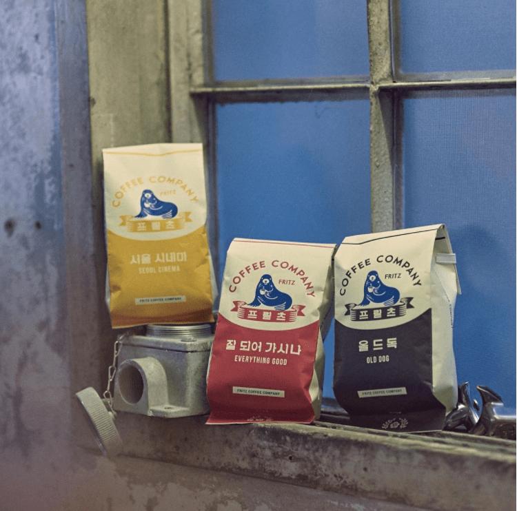 아러바우트의 커피는 믿고 마시는 프릳츠의 원두와 스퀘어 마일의 원두같이 풍미가 깊은 원두로 만들어진다. 특히 이곳은 인스타그램을 통해 수시로 바리스타와 스페셜티 원두를 공지한다고 하니 커피를 좋아하는 사람이라면 아러바우트 인스타그램을 팔로우 할 것.<br>