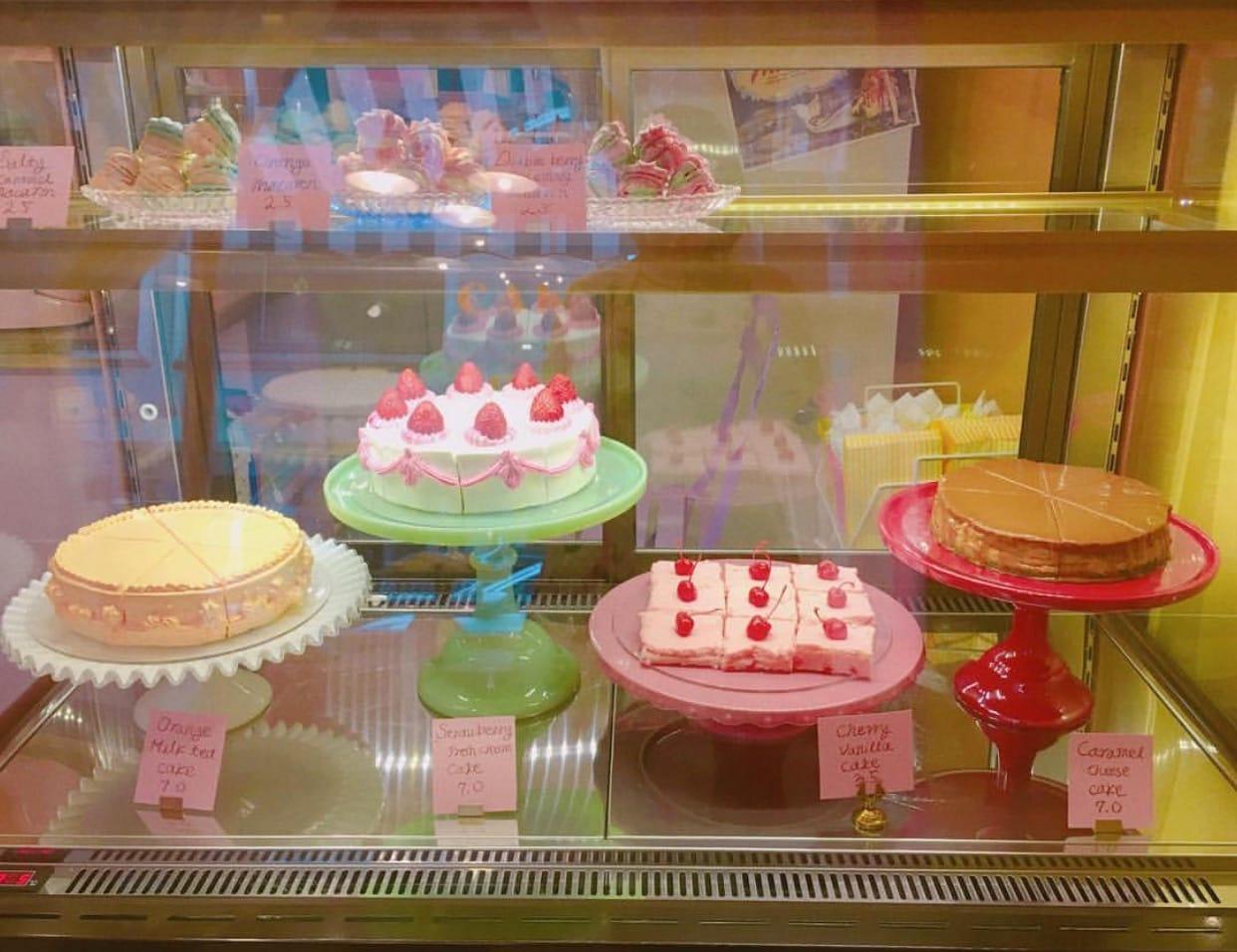 딸기 케이크, 캐러멜 케이크, 등 맛뿐만 아니라 예쁘게 데커레이션 된 다양한 케이크가 손님들의 눈길을 끈다. 또한 이 집에서만 볼 수 있는 귀여운 조가비 마카롱은 추천 메뉴! 재고 소진 시 일찍 마감하니 서둘러 방문해 보자.