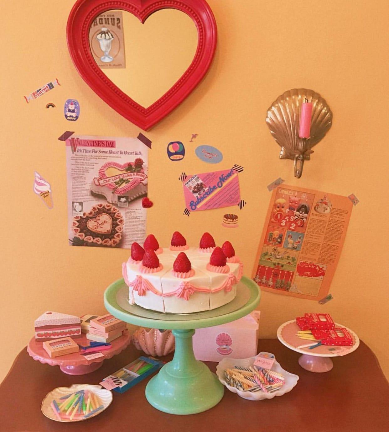 내부는 귀여운 소품과, 케이크로 장식된 인테리어가 인형의 집에 방문한 느낌을 준다. 이곳에서는 호불호가 갈리는 버터크림을 쓰지 않고 오직 생크림만을 사용하여 누구나 좋아하는 맛의 케이크를 맛볼 수 있다.