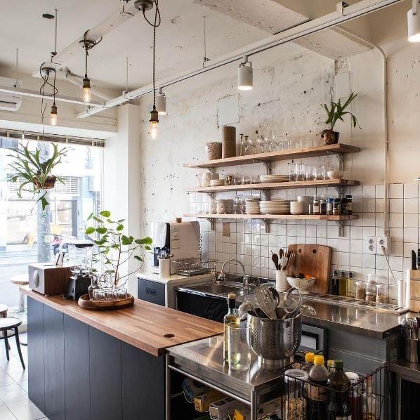 누군가의 주방에 들어간 것 같은 느낌을 주는 이곳은 채식 카페 미니멀 키친. 홈메이드 채식 브런치를 선보이는 곳으로 채식을 사랑하는 사람들이라면 꼭 한번 방문해봐야 할 곳이다.