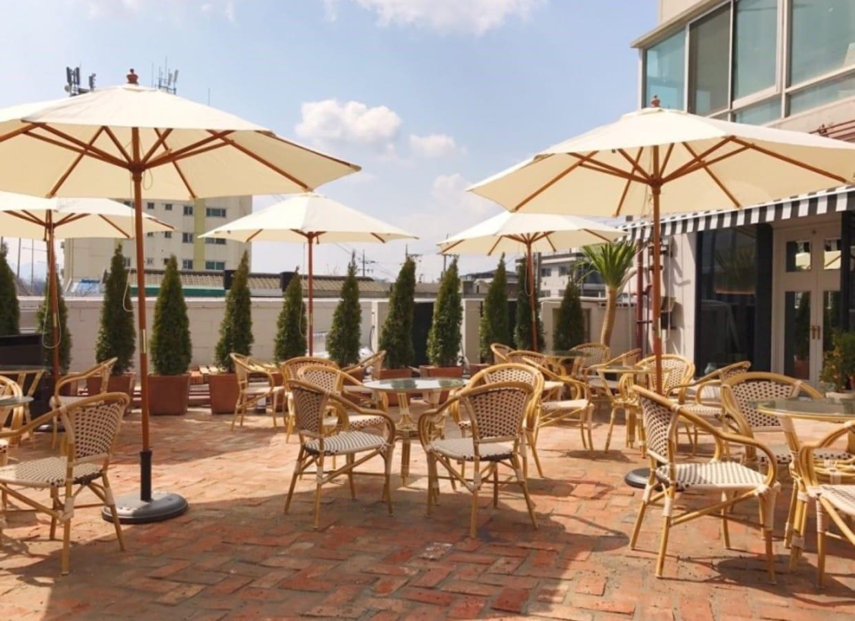 보기만 해도 시원한 테라스 카페 드도트가 해방촌에 오픈했다. 하얀색 테라스와 작은 감귤나무의 조합이 이국적이고, 유럽의 카페에 있는듯한 느낌을 준다. 바깥 공간이 넓고, 경치가 좋은 곳이라 날씨가 맑은 날 방문하기 좋은 곳이다.