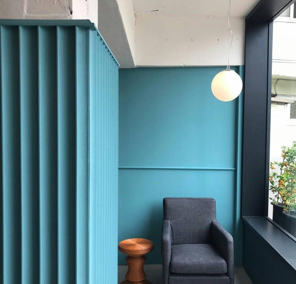 카페의 내부는 전반적인 청록색 인테리어가 차분하고, 감각적인 느낌을 준다. 벽마다 걸려있는 액자와 무심하게 놓인 도자기는 작은 미술관을 연상시킨다. 테이블은 널찍한 소파로 이루어져 편안하게 시간을 보내기 좋다.