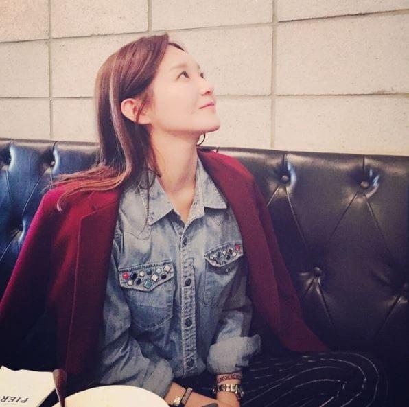 스톤 장식의 데님 셔츠 위에 와인 컬러 재킷을 매치했다. @iammingki