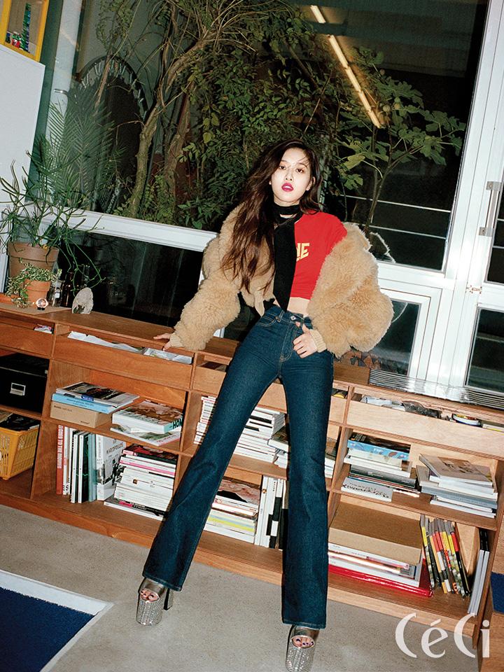 퍼 재킷 아크네 스튜디오 Acne Studios 반지 해수엘 haesool 티셔츠와 데님 팬츠, 초커, 스카프, 슈즈는 모두 스타일리스트소장품.