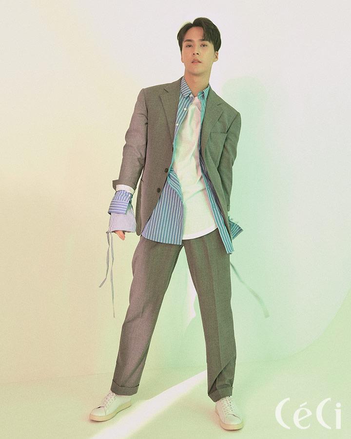 그레이 슈트 프루이 Frui 블루 스트라이프 셔츠 노앙 by 비이커 Nohant by Beaker 화이트 스니커즈 클레이 Clae 화이트 티셔츠는 스타일리스트 소장품.