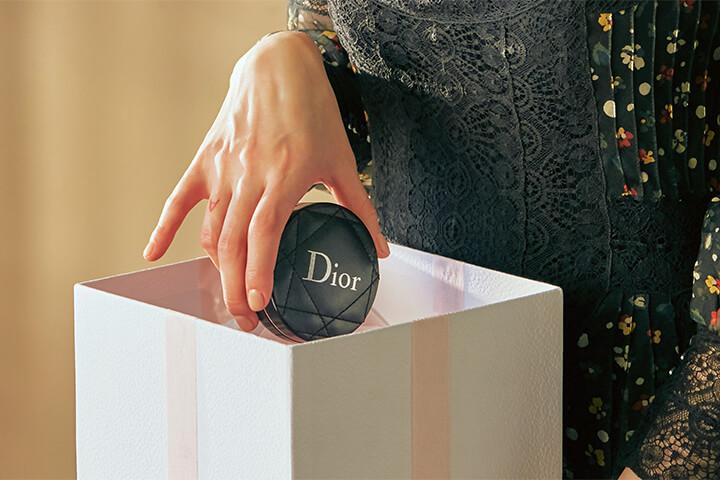 디올스킨 포에버 퍼펙트 쿠션-꾸뛰르 에디션을 선물 받아 상자에서 꺼내는 중
